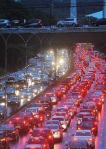 4nov2013---avenida-vinte-e-tres-de-maio-tem-transito-intenso-nos-dois-sentidos-a-chuva-que-atinge-a-capital-paulista-desde-a-manha-desta-segunda-feira-4-piora-as-condicoes-do-transito-na